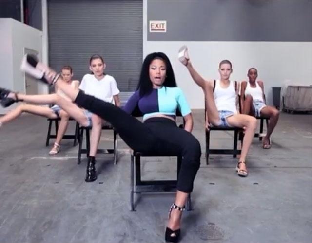 """Set.2014 - A pedido da revista de moda Vogue, a cantora Nicki Minaj ensinou a algumas modelos a coreografia da polêmica música """"Anaconda"""", que tem dado o que falar com seus movimentos pra lá de sensuais. As modelos que tiveram essa aula fazem parte da equipe do estilista Alexander Wang, e é provável que a coreografia de """"Anaconda"""" apareça na Semana de Moda de Nova York. O resultado pode ser visto no Vine - uma rede social para compartilhamentos de vídeos curtinhos - da revista"""