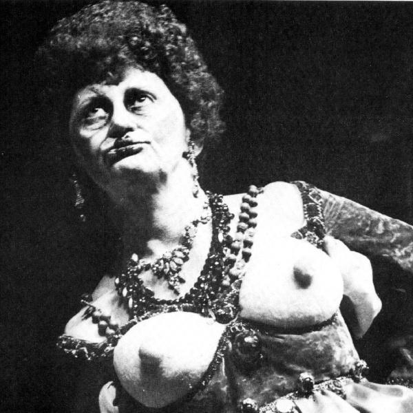 """1977 - Laura Cardoso foi dirigida por Antônio Abujamra na peça """"Volpone"""". No espetáculo, a atriz usou um figurino que simulava seios à mostra"""