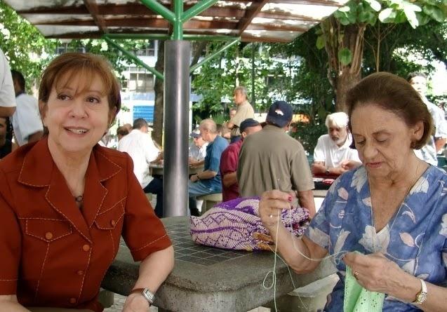 """2005 - Na imagem, Laura Cardoso (dir.) e Fernanda Montenegro em cena do filme """"O Outro Lado da Rua"""""""
