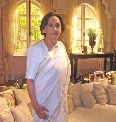 """2009 - Por sua atuação em """"Caminho das Índias"""", de Gloria Perez, Laura Cardoso  interpretou a indiana Laksmi Ananda. """"Eu fiquei tão feliz, porque fiz a primeira novela, do Projac, """"Explode Coração? - foi a Gloria quem inaugurou. E eu recebi o convite para fazer essa personagem que é uma indiana, uma matriarca. Houve um trabalho e uma preparação grande para você fazer a novela"""", disse ao site Memória Globo"""