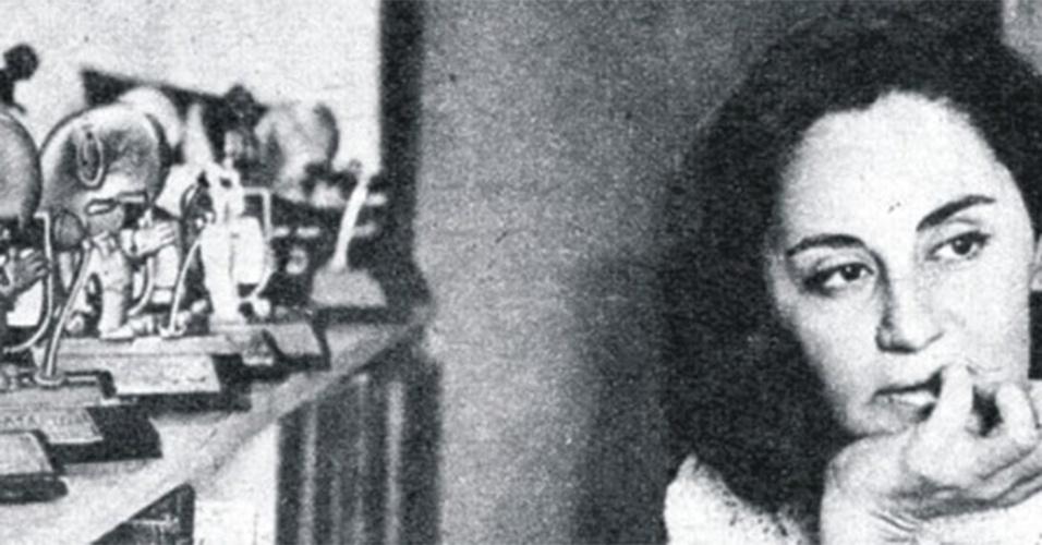 Anos 70 - A atriz Laura Cardoso exibe seus troféus em foto