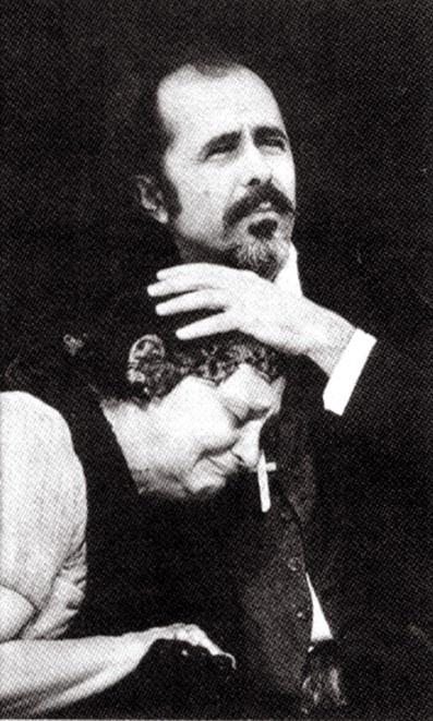 """Anos 70 - A foto sem data mostra Laura Cardoso em cena da peça """"Divinas Palavras, de Ramón del Valle-Inclán"""" com o ator Rodrigo Santiago"""