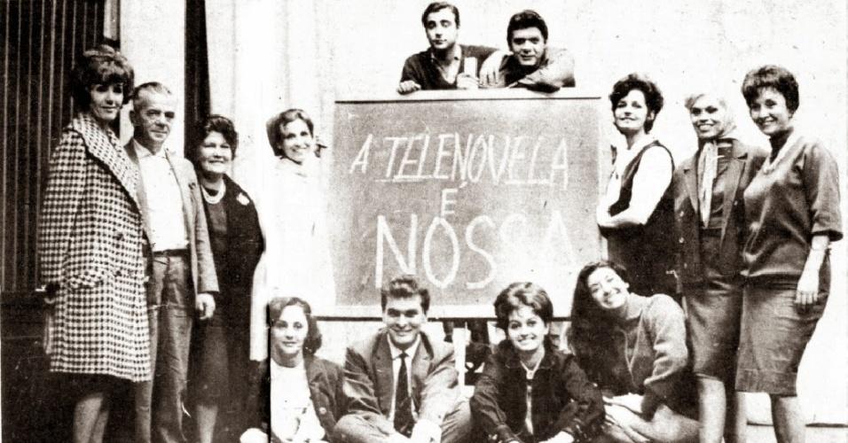Anos 60 - Laura Cardoso (primeira à esquerda, sentada no chão) participa de protesto contra importação de telenovelas gravadas