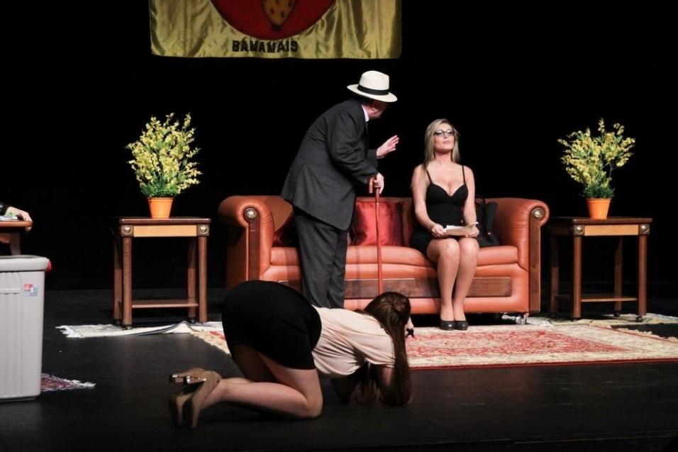 """13.set.2014 - Andressa Urach estreou no teatro em grande estilo na última sexta-feira (12): tirou a roupa em um striptease, que parecia ser completo aos olhos da plateia, na peça """"República das Calcinhas"""". A loira trocou de vestido em pleno palco e ficou apenas de fio-dental e meia-calça no palco, dando a impressão de que estava nua. Em entrevista ao Ego, Urach contou que não se inibiu com a cena: """"Com isso eu já estava acostumada! Tirar a roupa no palco foi o mais fácil. No carnaval estou sempre pelada, já tirei roupa no reality show... Então foi o mais tranquilo mesmo"""""""