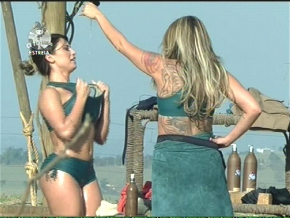 """14.set.2014 - Cristina Mortágua ajuda Babi Rossi a tomar banho em """"A Fazenda 7"""""""