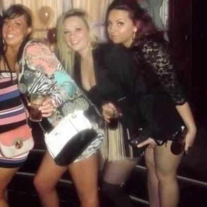 A garota do meio quis disputar quem tinha a bolsa mais bonita, atravessou a mão à frente da amiga e acabou deixando a morena bem estranha na foto