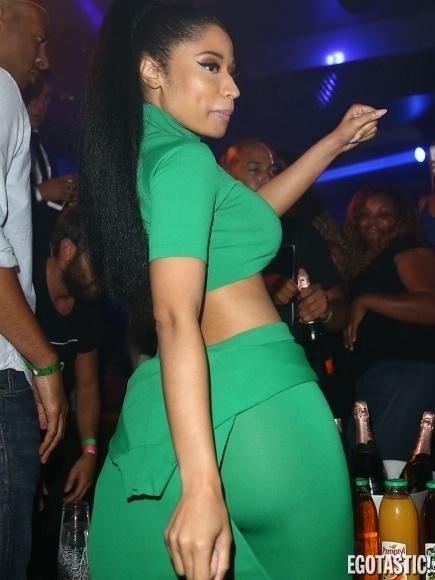 15.set.2014 - Nicki Minaj decidiu dispensar o sutiã ao usar um top cropped bem curto e acabou deixando parte dos seios à mostra durante uma noite dançante em Paris