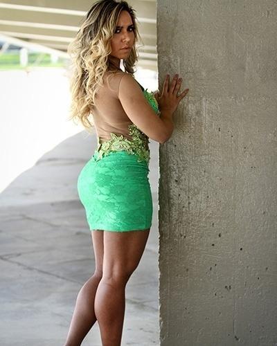 17.set.2014 - A funkeira Mulher Melão usou vestidos ousados e elegantes  em ensaio de moda