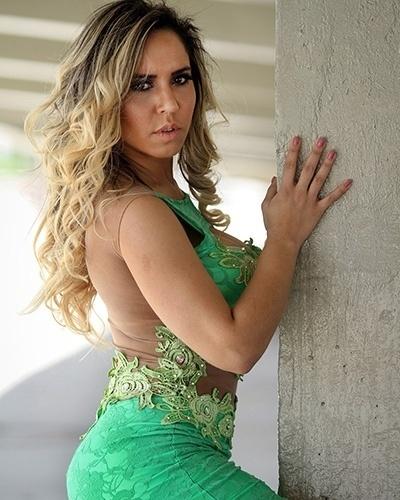 17.set.2014 - A funkeira Mulher Melão usou vestidos ousados em ensaio de moda. As fotos foram feitas nos arredores do estádio do Maracanã