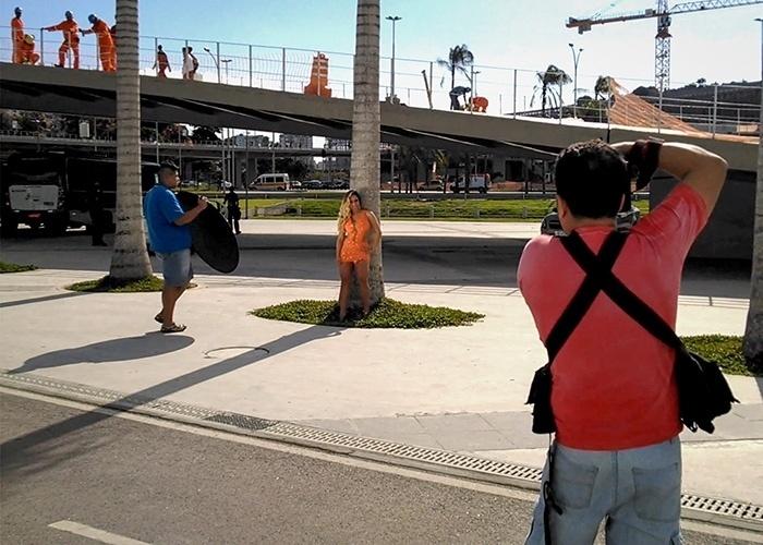 17.set.2014 - Renata Frisson, a Mulher Melão, estrelou ensaio de moda para uma grife do Rio de Janeiro. Durante a sessão de fotos, feita nos arredores do estádio do Maracanã, a funkeira chamou atenção de garis, que deram uma pausa no trabalho para admirar as curvas da gata