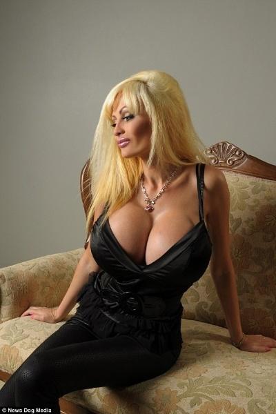 18.set.2014 - A modelo francesa Victoria Wild fez cirurgias plásticas para ficar parecida com uma boneca sexual inflável