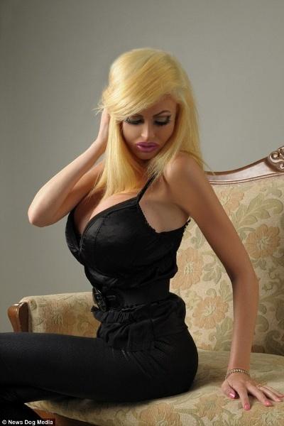 """18.set.2014 - A modelo francesa Victoria Wild fez cirurgias plásticas para ficar parecida com uma boneca sexual inflável. """"Agora eu me sinto mais feliz e mais confiante do que eu já fui antes"""", disse ao Daily Mail"""