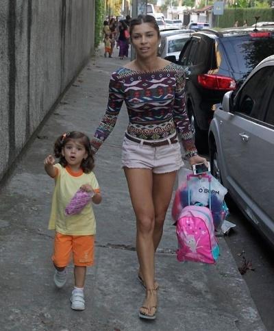 """18.set.2014 - Ao sair da escolinha da pequena Sophia, Grazi Massafera foi abordada por alguns paparazzi na Barra da Tijuca (RJ), que questionaram a suposta volta da atriz com o ex-marido, Cauã Reymond. """"Você está com ele ou não está?"""". E Grazi respondeu: """"Mais ou menos, né?"""". O rapaz insistiu para saber sobre a reconciliação do casal global: """"Pode falar para a gente?"""". """"Eu não falo mais nada depois da última vez"""", respondeu a atriz, fazendo referência ao episódio em que contou que Cauã Reymond estava tendo um affair com Isis Valverde"""