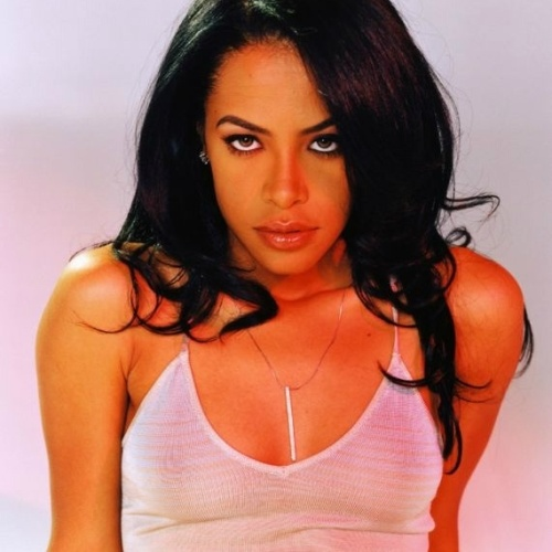 """25.ago.2001 - A cantora Aaliyah morreu aos 22 anos em um desastre de avião nas Bahamas. Nascida em Nova York, Aaliyah surgiu como um dos ícones da música R&B, além de também ser modelo, dançarina e atriz (seu filme de maior destaque foi o """"Romeu Tem que Morrer"""", estrelado ao lado de Jet Li, no ano 2000). Tendo lançado apenas 3 álbuns, a cantora vendeu mais de 32 milhões de discos no mundo. No dia 25 de agosto de 2001, após a gravação de um clipe nas Bahamas, Aaliyah embarcou em um avião que caiu por excesso de peso, a 200 metros da pista de decolagem, vitimando todos a bordo (a maioria dos tripulantes fazia parte do staff da cantora)"""