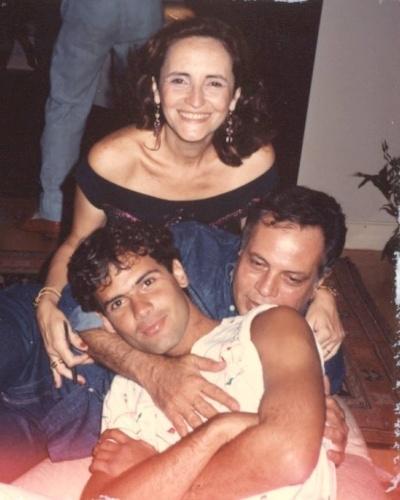 7.jul.1990 - Agenor de Miranda Araújo Neto, mais conhecido como Cazuza, morreu aos 32 anos vítima de complicações causadas pela Aids. Na imagem acima, o cantor aparece abraçado com o pai João Araújo e a mãe Lucinha Araújo