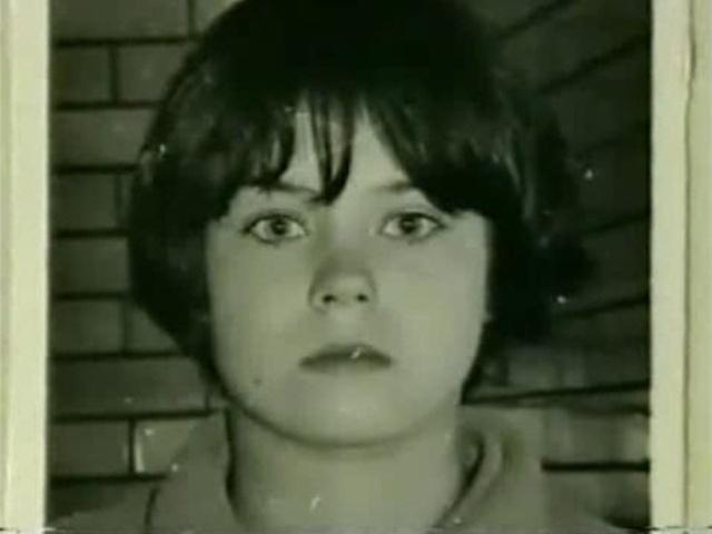 """1968 - Mary Bell - Foi condenada pela morte de dois meninos Martin Brown, de 4 anos, e Brian Howe, de 3 anos. A própria Mary tinha apenas 11 anos quando cometeu os crimes, mas foi acusada de tentativas de estrangulamento de outras crianças também. É o caso mais famosos do mundo de transtorno de personalidade antissocial infantil. Era filha de Beth Bell, prostituta de 17 anos, que chegou a tentar matar Mary e deixá-la em uma casa para adoção, como não teve êxito em se livrar da menina, a humilhava e permitia que seus clientes usassem a menina, então com menos de cinco anos, em jogos sexuais. Mary passou então a descontar suas frustrações, maltrando animais, espancando suas bonecas e estrangulando outras crianças. Depois de matar Martin, levou sua amiga Norma para ver o corpo e se divertiu contando para a família do garoto e vendo a reação de todos diante da morte, depois foi à casa da vítima conversar com a mãe dele. Quando matou Brian também levou a irmã dele até o corpo para assistir à reação da garota. Inteligente, ela se divertia respondendo, mentindo e se esquivando das perguntas da polícia sem demonstrar qualquer sentimento. Mary e Norma foram presas em 1968. Norma foi inocentada, mas Mary foi considerada culpada por influenciar a amiga, então com 13 anos, que a acompanhava e sabia de tudo, nos atos ilícitos. Foi internada em uma clínica de recuperação, fugiu, foi recapturada e novamente solta em 1980, aos 23 anos. Teve problemas para arrumar emprego e precisava se mudar quando os vizinhos descobriam sua identidade, com isso, em 21 de maio de 2003 na Inglaterra foi criada a lei """"Ordem Mary Bell"""" que protege a identidade de qualquer criança envolvida em procedimentos legais"""