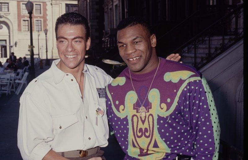 Década de 90: o ator Van Damme (esq.) posa para foto ao lado do lutador Mike Tyson (dir.), que estava usando uma blusa pra lá de chamativa