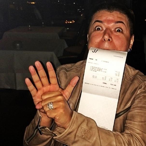 """Aproveitando uma viagem em Paris, David Brazil usou o Instagram para reclamar da conta do restaurante. """"Alô Jornal Meia Hora, parem as máquinas!!! Vou mandar uma foto de capa: euzinho pulando da Torre Eiffel correndo pra não pagar esta conta. Jantar para duas pessoas 717,00 euros?!!!"""", escreveu o promoter"""