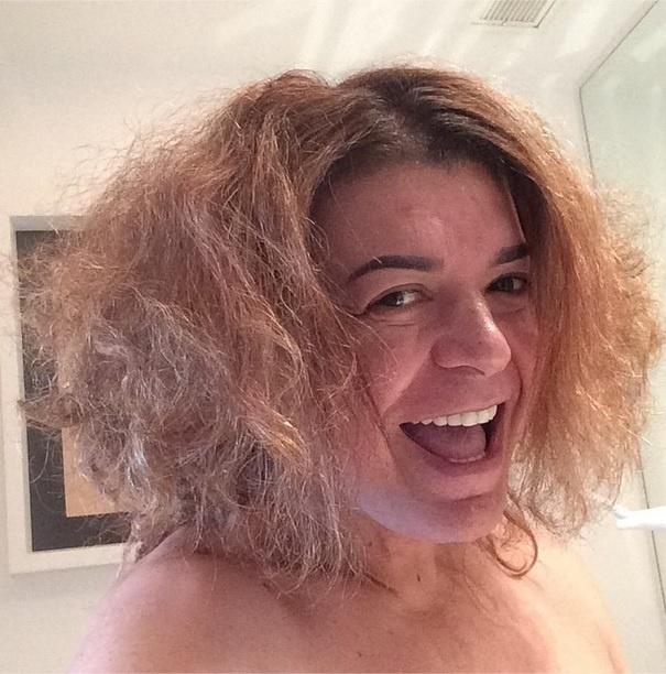 """David Brazil não perde a oportunidade de fazer diferentes penteados com o seu cabelo. """"Bom dia, Brasil. Meu nome é GAL"""", brincou o promoter, em referência à cabeleira da cantora Gal Gosta"""