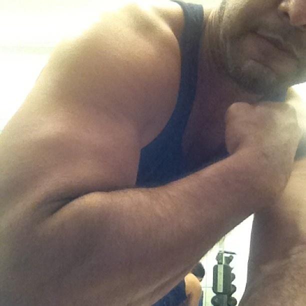 """Depois que oficializou a separação com Zilú, em julho deste ano, Zezé Di Camargo começou a usar o Instagram para desabafos e postagens curiosas. Nesta, o cantor exibe o braço e avisa na legenda: """"Vai encarar?"""""""
