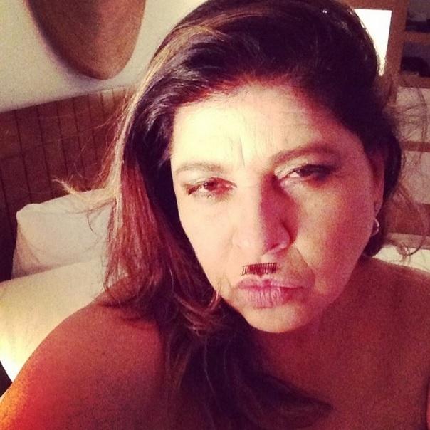Desde quando criou um perfil no Instagram, a cantora Roberta Miranda vem chamando a atenção dos fãs por suas fotos e legendas divertidas. Nesta imagem, a cantora usou um cílio postiço para fingir que tem bigode
