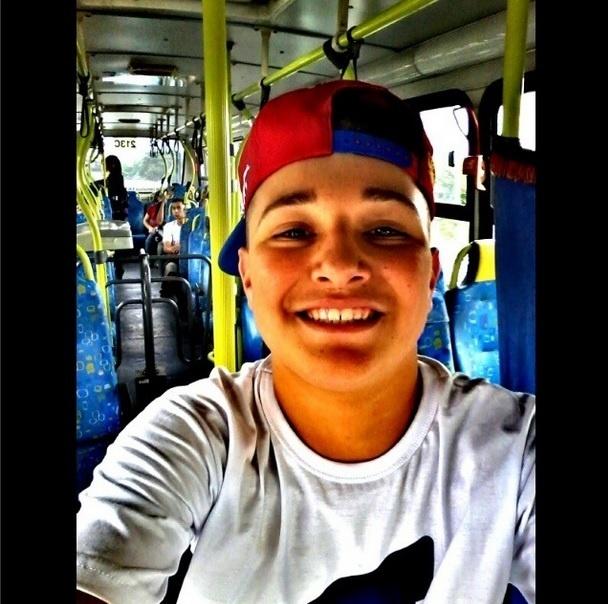 """Diferente de suas fotos ostentando carrões, MC Gui postou uma dentro do ônibus. """"Humildade sempre"""", escreveu na legenda"""