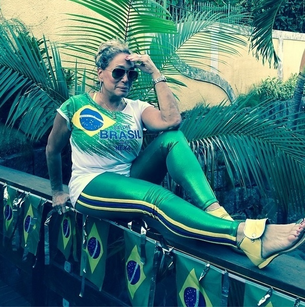 """Durante a Copa, assim como muitos brasileiros, Susana Vieira também resolveu expressar sua emoção durante os jogos do Brasil. """"Que venha o segundo tempo! Avante Brasil, parem de bater no Neymar Jr."""", escreveu a atriz"""