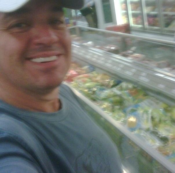 """Gugu também gosta de mostrar que é gente como a gente. Nesta foto, o apresentador aparece no supermercado. """"Ajudando a fazer as compras"""", escreveu na legenda da foto"""