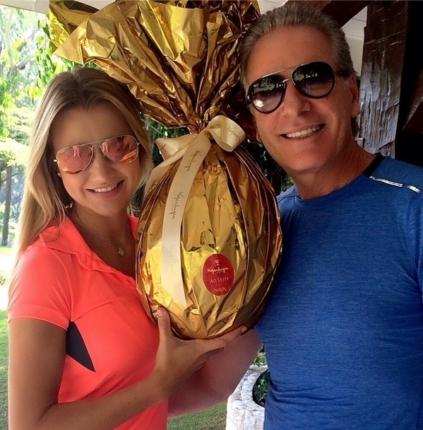 """Na páscoa, Roberto Justus resolveu compartilhar um dos momentos que passou ao lado da nova namorada. """"Um ovão para meu amorzão! Feliz páscoa!"""", escreveu"""