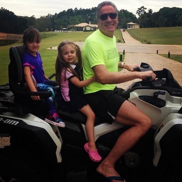 """Roberto Justus ao lado de sua filha, no dia das crianças. """"Dia das crianças com minha Rafinha e a amiguinha!"""", escreveu o apresentador"""