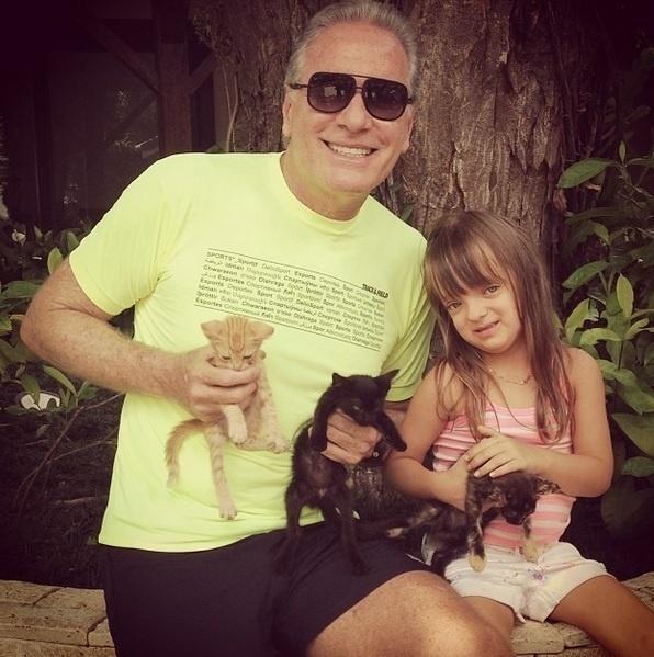Roberto Justus também gosta de postar fotos curiosas no Instagram. Nesta, ele aparece ao lado da filha comemorando o nascimento de alguns gatinhos em sua fazenda