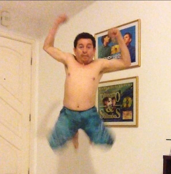 """Sempre divertindo os seus seguidores, Solimões postou uma foto em que aparece pulando sem camiseta. Na legenda, o cantor mostra que tem bom humor: """"O 'fantasboy' vai te pegar"""", escreveu"""