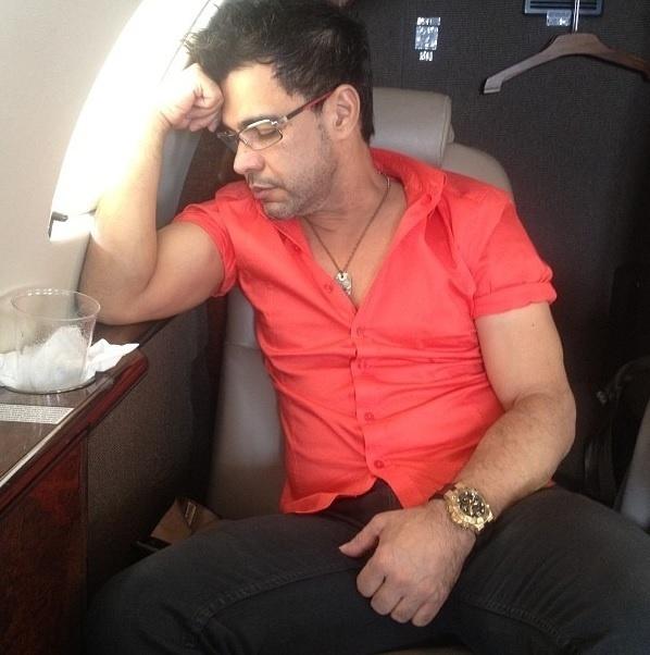 """Zezé Di Camargo, no avião: """"Ninguém é de ferro. Tem hora que o cansaço vence"""", escreveu o cantor"""