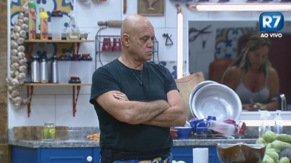 """24.set.2014 - Em um papo com Cristina Mortágua na cozinha, Oscar Maroni rebateu a afirmação do cantor DH que ele estaria puxando o saco de Diego Cristo após chamá-lo de """"autoridade"""". """"Ela está no cargo e nós temos que obedecer para não virar bagunça"""""""