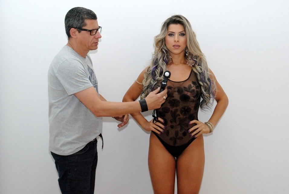 25.set.2014 - Ana Paula Minerato recebe orientações durante ensaio sexy para a revista de games