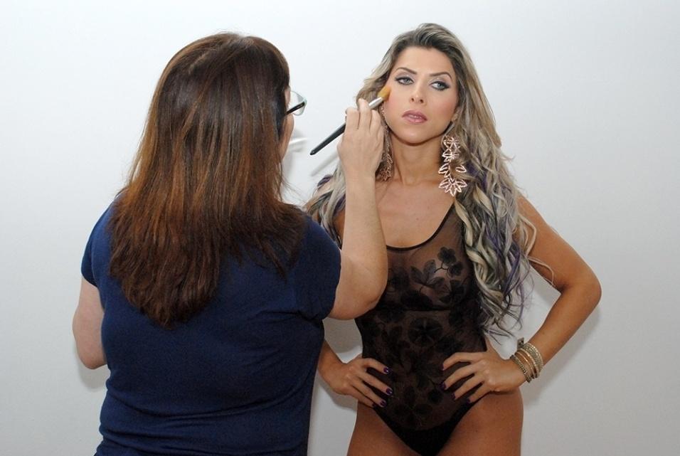 25.set.2014 - Ana Paula Minerato recebe retoques na maquiagem em ensaio sexy para a revista de games