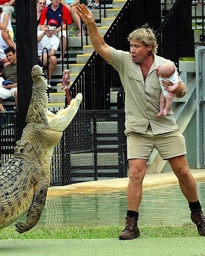 26.set.2014 - Em 2004, Steve Irwin causou polêmica ao alimentar as feras com o filho, Robert, no colo, quando ele ainda era um bebê, no mesmo local.