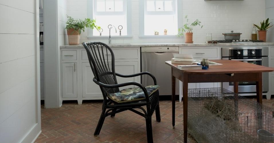 Uma casa na vila de Hudson Valley, nos arredores do NY, encantou a horticultora Sigrid Gray. A construção foi reformada para ganhar ares mais