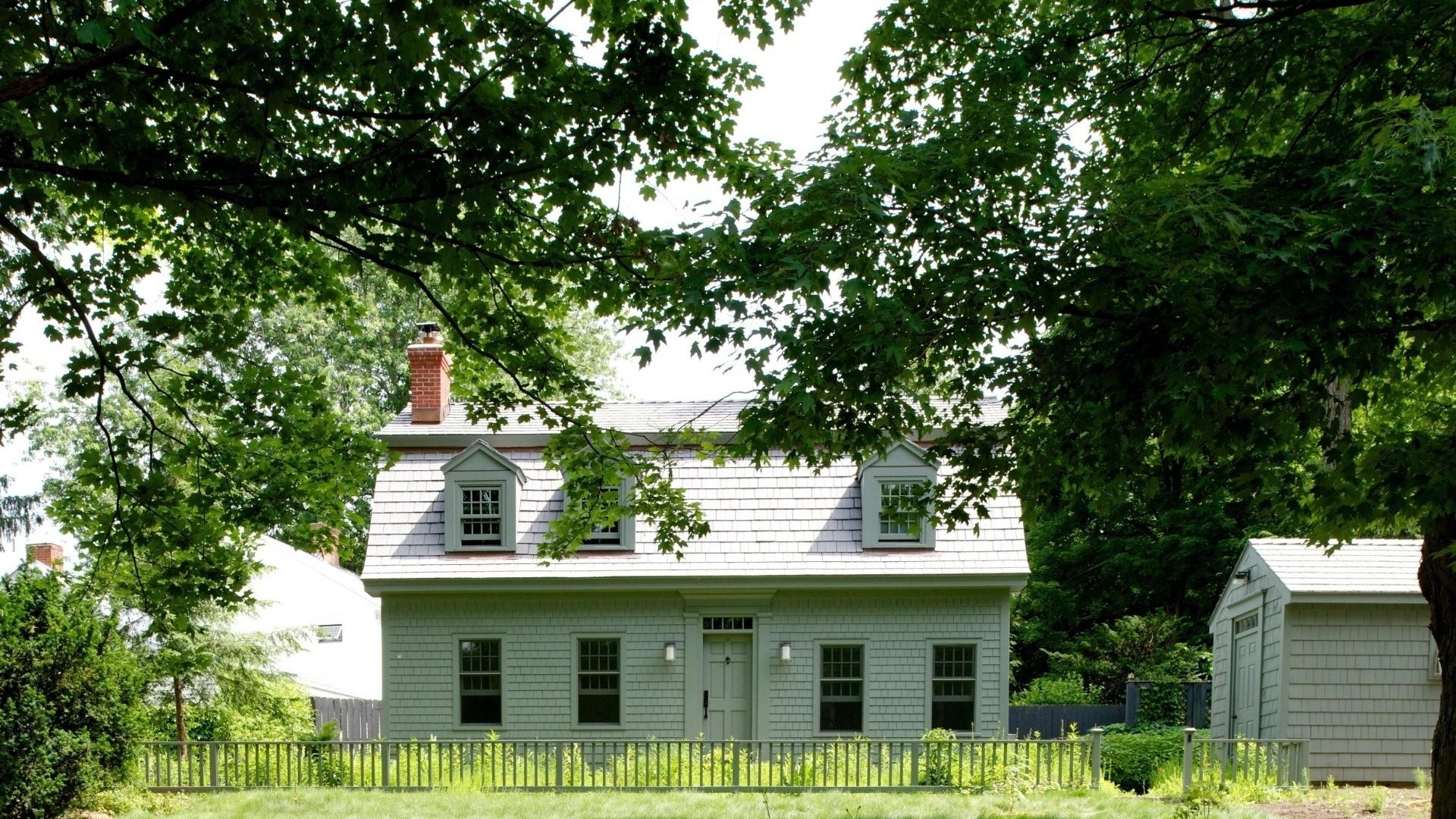 Uma casa na vila de Hudson Valley, nos arredores do NY, encantou a horticultora Sigrid Gray. A construção foi reformada e teve o telhado remodelado.
