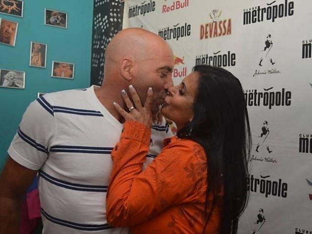 3.out.2014 - Antes de subir ao palco, Gretchen recebeu beijo do marido, o português Carlos Marques, que a acompanhou de volta ao Brasil