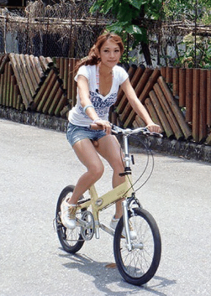 Não tem nada de errado com esta foto. É só um passeio em uma bicicleta de banco bege