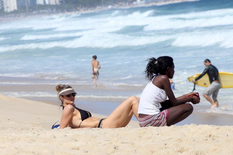 5.out.2014 - A atriz Fernanda Lima aproveita o domingo de sol para renovar o bronzeado e exibe o corpão em ótima forma na praia do Leblon, no Rio de Janeiro
