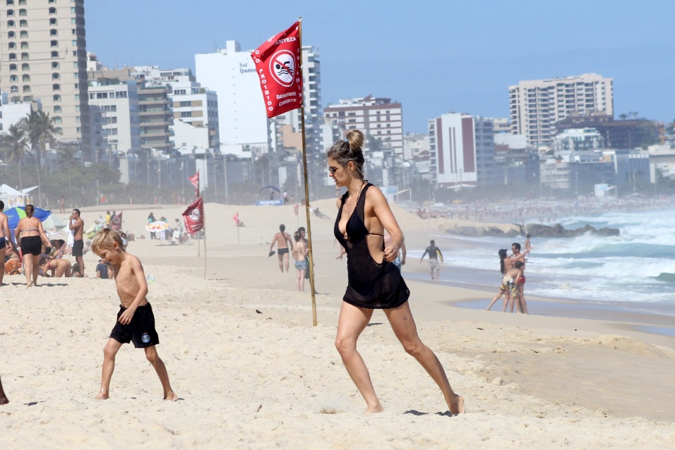 5.out.2014 - Fernanda Lima curte o domingo de sol ao lado dos filhos na praia do Leblon, no Rio de Janeiro
