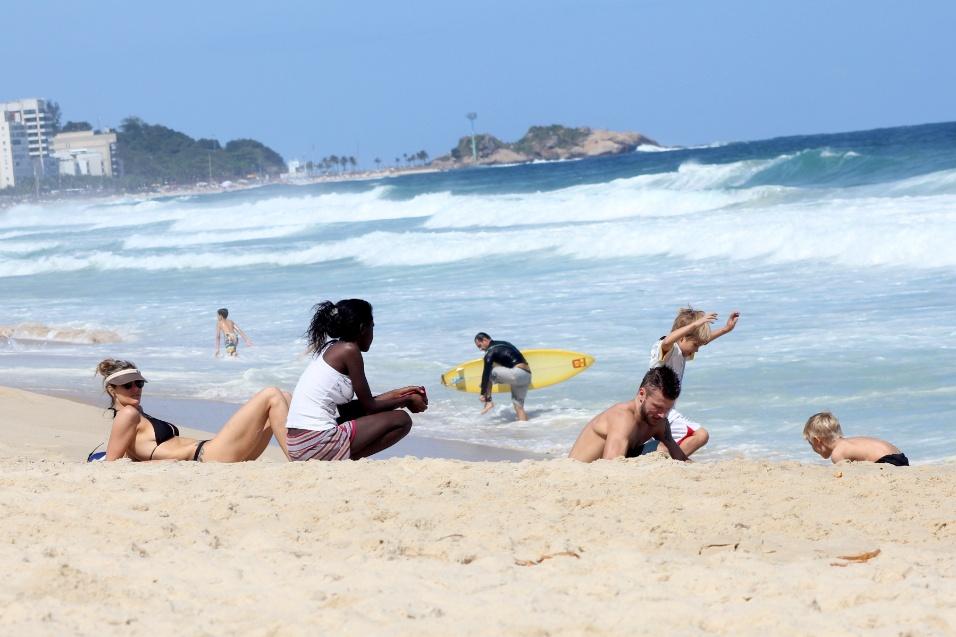5.out.2014 - O casal de atores e apresentadores Fernanda Lima e Rodrigo Hilbert curtem o domingo de sol ao lado dos filhos na praia do Leblon, no Rio de Janeiro