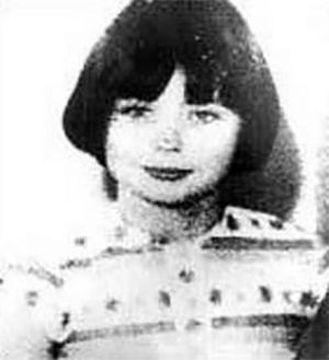 """1968 - Mary Bell - Era filha de Beth Bell, prostituta de 17 anos, que chegou a tentar matar Mary e deixá-la em uma casa para adoção, como não teve êxito em se livrar da menina, a humilhava e permitia que seus clientes usassem a menina, então com menos de cinco anos, em jogos sexuais. Mary passou então a descontar suas frustrações, maltrando animais, espancando suas bonecas e estrangulando outras crianças. Foi presa ainda aos 11 anos e ao ser solta, aos 23, teve problemas para arrumar emprego e precisava se mudar quando os vizinhos descobriam sua identidade, com isso, em 21 de maio de 2003 na Inglaterra foi criada a lei """"Ordem Mary Bell"""" que protege a identidade de qualquer criança envolvida em procedimentos legais"""