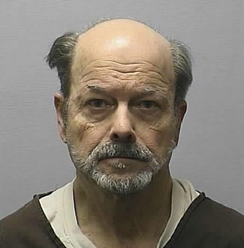 """Entre 1974 e 1991 - Dennis Rader, assassino BTK (Bind-Torture-Kill, que em tradução livre quer dizer """"Amarrar-Torturar-Matar"""") -Escoteiro, membro da igreja, formado em administração, funcionário público, casado, pai de família... E um dos mais conhecidos assassinos em série dos EUA. Sádico, ele matava, brincava de gato e rato com a polícia, enviando cartas e pistas para a mídia, e ainda reivindicava a autoria de crimes, informando com detalhes como havia cometido cada ato. Ele matou pelo menos 10 pessoas. Sua esposa e seus filhos não tinham a menor ideia da dupla identidade de Dennis e viram em choque ele ser acusado por oito homicídios em 1º grau e outros dois homicídios relacionados ao BTK."""