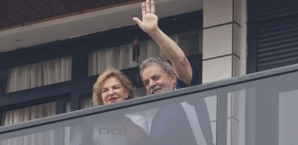 12.nov.2011 - Lula e Marisa na sacada do apartamento em São Bernardo do Campo (SP)