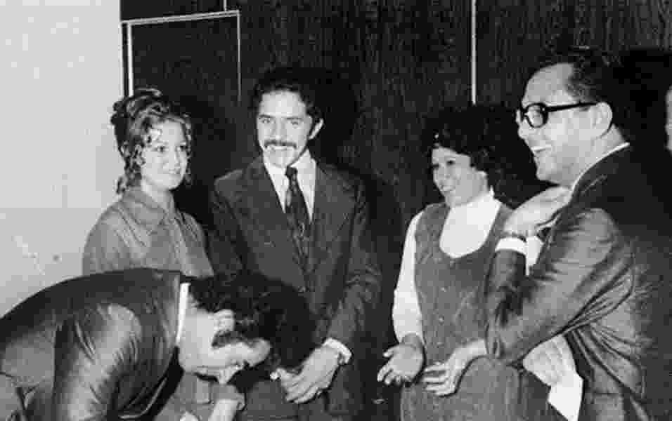 1974 - Apenas com bigode, Lula registra em cartório o casamento com Marisa Letícia da Silva (esq.) - Reprodução