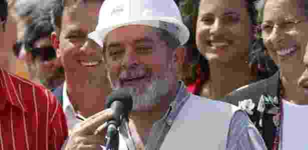 Lula visita obras de construção em 2004: para ele, Lava Jato minou construção civil - Eduardo Knapp - 19.set.2004/Folhapress