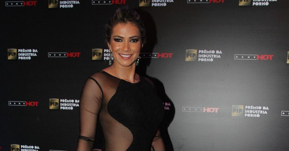 14.out.2014 - A ex-BBB Fani Pacheco usou um vestido com lateral transparente no Prêmio da Indústria Pornô. A ex-BBB foi responsável pela entrega de um dos troféus na premiação